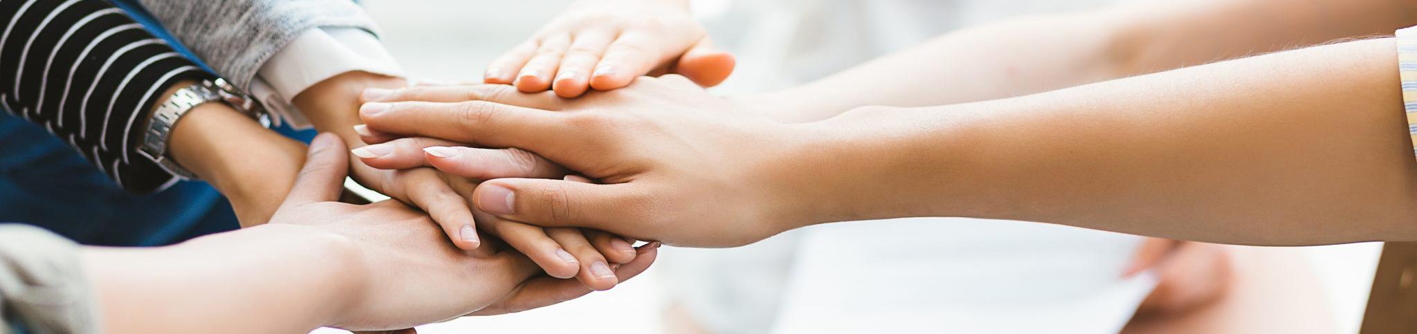 Croisement de mains solidaires